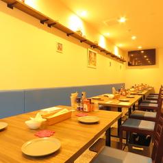 2名様向けテーブル×9席。ご利用人数に合わせてテーブルをセットいたします。