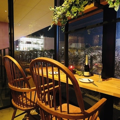 デートに人気のおふたり様専用のお席。眺望抜群のカップルシート♪夜は夜景が見えます!人気のお席ですので、ご予約はお早めに◎