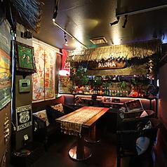 ≪ハワイアンテイスト≫なこちらのお席は装飾品から食器から全てがハワイ!南国気分が味わえ、落ち着きます☆棚に飾っているお酒類も装飾物なども本物のハワイの物が飾られているので気分は南国です!