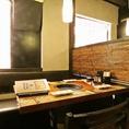 【日の光が差し込むテーブル席】 木の温もりが心地よい空間。皆様で厳選食材をリーズナブルにお楽しみください。