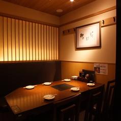 新鮮な鮮魚をご堪能頂ける海鮮居酒屋魚王KUNIの店内は、お客様に心からリラックスしていただける様に配慮したくつろぎの個室空間。いつもとは一味違ったワンランク上の和モダン空間をご体感ください。