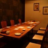 1F 奥のテーブル席は8~10名様で個室に