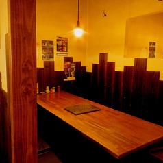 店内入口正面のテーブル席は10席。