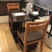 2名様専用のテーブル席。落ち着ける空間でデートにも◎