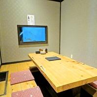 活魚が泳ぐ姿が見える個室は雰囲気も抜群