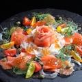 料理メニュー写真サーモンとイクラのカルパッチョ