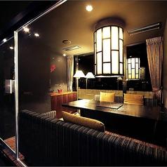 ガラス張りで解放感のある4~6名様用個室。家族・友人・同僚との気兼ねないお食事にふさわしいお部屋です。