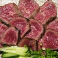 【いわて短角牛】 生産者のはっきりしている、岩手でのびのび育った短角牛を産地直送で仕入れています。噛みしめるほどに溢れる優しい旨味は、日本のお酒にも合います。