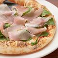 料理メニュー写真モッツァレラとバジルのマルゲリータ/生ハムのピザ/ツナと玉子のピザ