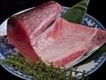当店では、店長こだわりの『本マグロトロ』1,500円(税抜)のお刺身をはじめ、築地市場から毎日直送で仕入れる新鮮な魚介をリーズナブルにご提供いたします!また、カウンター内には生簀も完備しておりますので、その場で調理された新鮮な料理がお楽しみいただけます。こだわりの鮮魚を是非当店でご堪能ください!