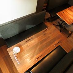 【ソファー席4名様×1】人気のソファー席。木のぬくもり溢れる店内でゆっくりとお食事をお楽しみいただけます。