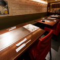 【ゆったりテーブル席!】2Fと3Fにそれぞれテーブル席をご用意しております。片側がベンチシートになっているので、ゆったりとお食事をお楽しみいただけます!