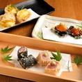 【素材の組み合わせを大切にした天ぷら】イタリア産プロシュートと茄子、いちじくとゴルゴンゾーラ、帆立とカラスミなど、素材同士の持ち味を合わせ、1つの天ぷらとして仕上げるのが当店の創作天ぷらです。一皿のお料理のように見立てた天ぷらは、これまでにない新しい味わいが自慢です。