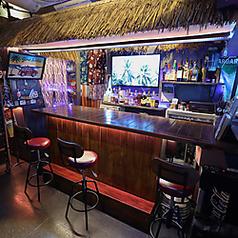 ≪ハワイのTIKI BARを再現≫メインカウンターはずらりと見た目もオシャレなお酒が並んでおり、本場のTIKI BARさながらの空間になっています。お一人でも気軽にお酒が楽しめて、他にも店内の設備でお楽しみ頂けるものもございます。
