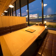 【窓側ソファ席/4~25名様】空が望める開放的な空間☆