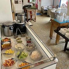 サラダバー完備。お肉に合わせる自家製のソースは、甘口と辛口の2種類をご用意。卓上に置いておりますので、お好みで付けてお召し上がりください