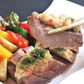 料理メニュー写真霜降り牛タンの厚切りステーキ 黒胡椒とシャリアピンソース