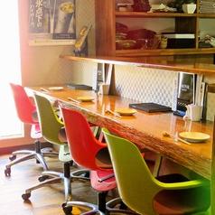 【本館】キッチンに対面しているカウンターは全4席。広くお席を取っているのでゆっくりお食事がいただけます
