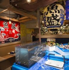 居酒屋といえば個室が人気ですが、魚盛 神田東口店をご利用の際はぜひテーブル席にも注目してみてください!大きな生け簀の中で泳ぐ、新鮮な魚介たちを実際に目で見ることができます!さらに、生け簀の上には雰囲気抜群の大きな提灯が!神田で居酒屋をお探しの際はぜひ当店へどうぞ!宴会 日本酒 歓迎会 送別会 接待