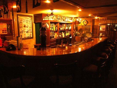 初めてのご来店の方にはお酒がずらりと並ぶカウンター席がお薦め!