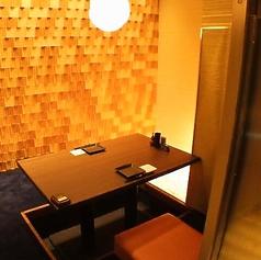 2名様個室のご用意もございます。落ち着いた雰囲気のお席ですので接待などの外せないシーンなどにも最適です。完全個室のお席でゆったりと楽蔵こだわりの和食料理、料理との相性抜群の豊富な種類の焼酎や日本酒などのお酒をお楽しみ下さい。