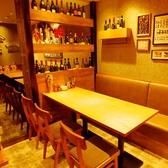 ずらりとワインが並ぶこちらのテーブル席は女子会に◎「気取らず、おしゃれに、かっこよく」をキャッチフレーズに、お酒を飲みながら、ガッツリ肉料理を楽しめる大人のお店です。