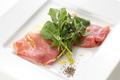 料理メニュー写真イタリア産パルマ生ハムとルッコラ