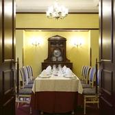 アンティークに囲まれた個室テーブル席