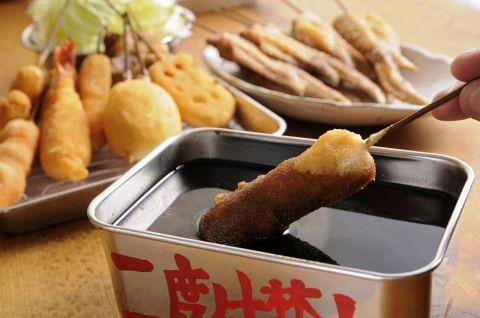 裸電球の下、暖かいレトロな空間で・・本場大阪の味を凌駕する串かつを満喫♪