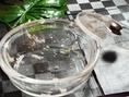 【こだわりの水晶鍋】水晶から放射される遠赤外線はお肉の臭いを取り除き、風味豊かな味わいに。恒温効果があり、食べ物の水分を保持し、肉質を柔らかめにし、口当たり良くおl召し上がり頂けます。