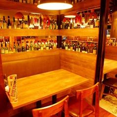 ワインやシャンパンのボトルがオシャレ。男女問わず、気取らずラフに肉とお酒を満喫できる空間が嬉しい。
