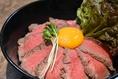 焼肉屋自家製のローストビーフ丼!くずした卵黄とローストビーフをからめてお召し上がり下さい♪※写真はイメージです。