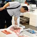 毎朝市場に足を運び仕入れる新鮮な魚介類。旬や産地にこだわり抜いた食材を使用しています。