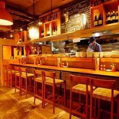 オープンキッチンでは、シェフが手際よく、お肉を豪快にジュージューと焼き上げる姿が。目にも楽しいおすすめのお席です。