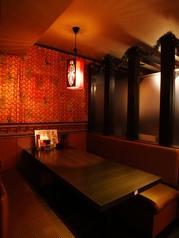仕切りで区切られた半個室のお席は贅沢なプライベート空間。金裕餃子房で素敵なひと時をお過ごしください。