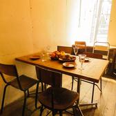 4名テーブル×2席、2名テーブル×1席