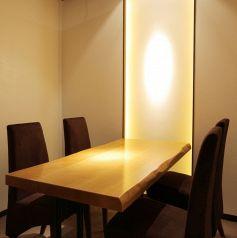 【菫-すみれ-】2名様~4名様で気軽にご利用頂けるテーブルタイプの個室。デート・お食事会などのシーンでのご利用に最適です。事前の内覧もお気軽にお申し付けください。