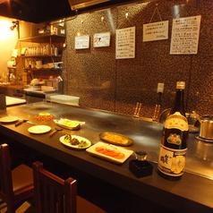 6名まで座れるカウンター席は鉄板前のお席です。広島出身の店長と広島やカープの話で盛り上がってはいかがですか?また目の前で豪快に焼くお好み焼きや鉄板料理を楽しめます♪たちまち、広島お好み焼を食べてみんさい!!阿佐ヶ谷/居酒屋/お好み焼き/鉄板焼き/日本酒/焼酎/獺祭/広島/カープ/宴会/たちまち