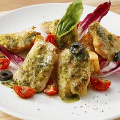 料理メニュー写真チキンのオーブン焼き フレッシュトマトのバジルソース