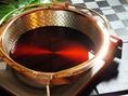 【こだわりの銅鍋】ゆっくりと加熱するときの安定性と、火を強めると一気に加熱される熱伝導率の良さを持ち合わせた銅鍋で一味違う旨みたっぷりのすき焼きをお楽しみください。