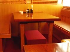 半個室風のテーブル席。デートにもおすすめ