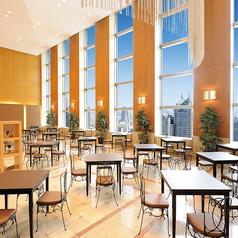 【昼】天井が高く開放的な店内で、ゆったりとランチ・カフェタイムをお楽しみいただけます。女子会などでもご利用ください。