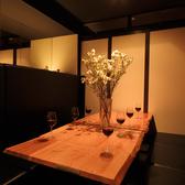 白とブラウンを基調とした和モダンな空間に4人掛けテーブルを4卓ご用意。ほどよい明るさのダウンライトが醸す温かみのなかに、モダンアートや江戸切子、屋久杉のパーティションなど、上質な調度品を配し、洗練された雰囲気に。テーブル間にはほどよい距離感を保っているため、落ち着いてお食事を楽しんでいただけます。