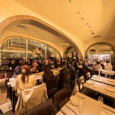 団体でのお食事にも対応可能なレストランフロア。※40名様に満たない場合、他の団体様も同フロアに着席されますのでご了承下さい。