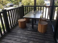 テラス席は2箇所。畑側はペット連れOKです。強い雨の日、猛暑日等はご利用が難しい場合がございます。またペット同伴可能なテーブルは席数に限りがございます。事前にご予約、ご相談いただければ幸甚です。