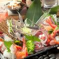 産直鮮魚メニュー♪当店の自慢といえば「魚」。豊洲市場をメインに産地直送で仕入れる天然の海の幸は、まさに獲れたてそのもの。その季節季節で旬を迎えるとびきりの鮮魚を仕入れます。姿造り・刺盛り・焼・煮・揚…その魚の味を最大限に引き出す調理法でご提供します。【神田駅 飲み放題 貸切OK 新年会 忘年会】
