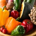 有機栽培生産者は、全国でも少なく生産者もそれに伴い大変少ないのが現状です。理由は簡単で、育てる難易度が非常に高いからです。安定した生産が非常に難しく、一つの作業に慣行栽培に比べて多くの時間が必要になります。当店の野菜はそんな有機栽培生産者から仕入れを行っておりますので、生産者の心意気が詰まってます。