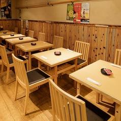 ≪最大38名様:2階テーブル席≫2名様で座れるテーブル席が13席、4名様で座れるテーブル席が3つあり大人数での飲み会や打ち上げ、仲間でのちょい飲みなどにお勧めのお席です。ご宴会コースをご注文頂くお客様に多くご利用頂いております。