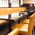【普段使いしやすいテーブル・ソファー席】会社帰りのサク飲み、二次会、女子会など、普段使いしやすいテーブル・ソファー席です。少人数~大人数までご利用いただけるこちらのお席は、居酒屋の雰囲気が漂い、会話も弾むこと間違いなしです。仙台駅から徒歩圏内の当店で飲み会を♪串揚げや焼鳥はお手頃価格で大人気です!!