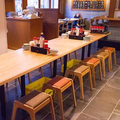 大きなテーブルをお一人様用に12名様分をご用意しております。会社帰りのチョイ飲みにご利用ください。